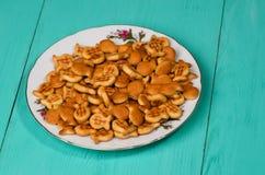 Crackers op een houten lijst Stock Foto's