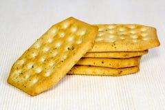 Crackers op een lichte achtergrond Stock Afbeeldingen