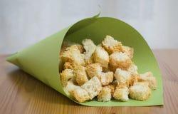 Crackers op een lijst in kalkdocument verpakking Stock Foto's