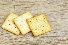 Crackers op houten lijst Stock Afbeeldingen