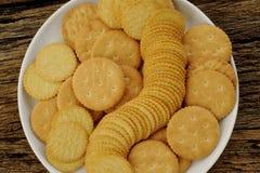 Crackers op plaat Royalty-vrije Stock Afbeeldingen