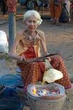 Crackershow des Bratens der älteren Personen thailändische Lizenzfreie Stockfotos