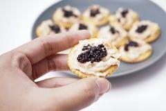 Crackerthunfisch mit Kaviar, einfach aber Luxus lizenzfreies stockfoto