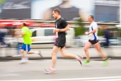 Cracovia马拉松 在城市街道上的赛跑者2014年5月18日在克拉科夫,波兰 库存图片
