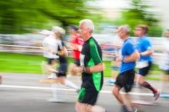 Cracovia马拉松 在城市街道上的赛跑者2014年5月18日在克拉科夫,波兰 免版税图库摄影