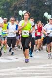 Cracovia马拉松 在城市街道上的赛跑者 免版税库存图片