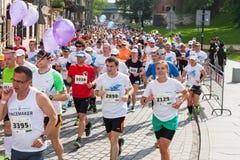 Cracovia马拉松 在城市街道上的赛跑者 免版税图库摄影