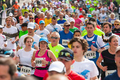 Cracovia马拉松 在城市街道上的赛跑者 免版税库存照片