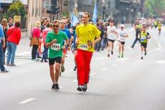 Cracovia马拉松 在城市街道上的赛跑者 图库摄影