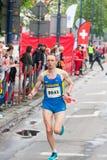 Cracovia马拉松 在城市街道上的赛跑者 库存图片