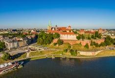 Cracovia dall'aria Paesaggio della città dalla vista dell'occhio del ` s dell'uccello del lungomare di Wawel e della Vistola Immagine Stock