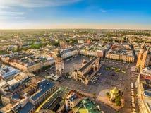 Cracovia dalla vista dell'occhio del ` s dell'uccello Il paesaggio di vecchia città con il quadrato principale ed il panno Corrid fotografie stock libere da diritti
