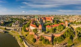 Cracovia dalla vista dell'occhio del ` s dell'uccello - paesaggio della città con il castello e la cattedrale di Wawel Panoram de Immagine Stock Libera da Diritti