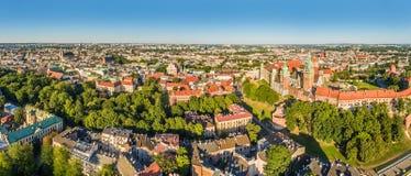 Cracovia - panorama della città dall'aria Paesaggio di vecchia città con la vista dell'occhio del ` s dell'uccello del castello d Fotografia Stock