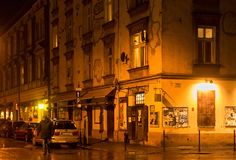 CRACOVIA, POLONIA - 1° GENNAIO 2015: Via di Estery alla notte nel distretto di Kazimierz a Cracovia fotografia stock libera da diritti
