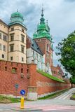 Cracovia, Polonia - 13 agosto 2017: Cracovia, alta torre del mattone - castello di Wawel sul fondo del cielo blu Fotografia Stock Libera da Diritti