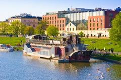 CRACOVIA, POLONIA - 25 APRILE 2015: Barca del ristorante sul Vistola con Hilton Hotel, Polonia Proprietà lussuosa con coperto di  Fotografia Stock
