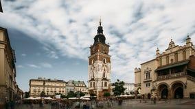 Cracovia, Polonia Città Hall Tower In Main Square nel giorno di estate nuvoloso Limite famoso Luogo del patrimonio mondiale dell' stock footage