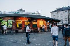 CRACOVIA, POLONIA - 28 GIUGNO 2016: La gente a Plac Nowy (nuovo quadrato), posto piacevole dell'alimento della via immagine stock libera da diritti