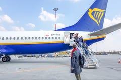 CRACOVIA, POLONIA - 10 MARZO 2019 i passeggeri escono degli aerei Rainer immagini stock libere da diritti