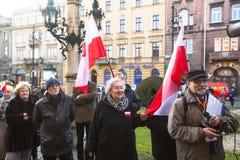 CRACOVIA, POLONIA - partecipanti non identificati durante la protesta vicino all'opera di Cracovia Immagine Stock