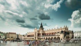 Cracovia, Polonia Quadrato principale del mercato nel giorno di estate nuvoloso Limite famoso Luogo del patrimonio mondiale dell' stock footage