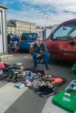 Cracovia, Polonia - 21 settembre 2018: Compratori aspettanti del venditore polacco in un parcheggio Sta vendendo le scarpe utiliz immagine stock