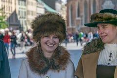 Cracovia, Polonia - 23 settembre 2018: giovane donna graziosa nStylish vestita in abbigliamento di periodo della prima guerra mon fotografia stock libera da diritti