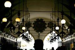 Cracovia, Polonia - 23 settembre 2018: Interno della galleria del panno Corridoio con gli ospiti che camminano lungo le stalle Fu immagini stock libere da diritti