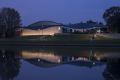 Cracovia por noche, el museo de Manggha del arte japonés y tecnología Fotografía de archivo libre de regalías