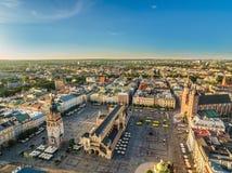 Cracovia - vecchia città dall'aria Quadrato principale con il panno Corridoio - vista dell'occhio del ` s dell'uccello Immagine Stock