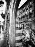 Cracovie, architecture, réflexions dans des fenêtres de boutique Regard artistique en noir et blanc Images stock