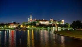 Cracovie, Pologne Cathédrale de Wawel, château, le fleuve Vistule la nuit Images stock