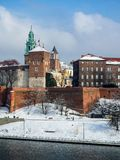 Cracovie, Pologne Château et fleuve Vistule de Wawel en hiver Photographie stock libre de droits