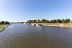 CRACOVIE, POLOGNE - 9 JUIN 2018 Les touristes dans des restaurants de canots automobiles sur le fleuve Vistule près de Wawel se r image stock