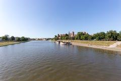 CRACOVIE, POLOGNE - 9 JUIN 2018 Les touristes dans des restaurants de canots automobiles sur le fleuve Vistule près de Wawel se r photographie stock libre de droits