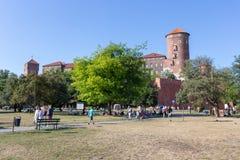 CRACOVIE, POLOGNE - 9 JUIN 2018 Les touristes en parc près de Wawel royal se retranchent à Cracovie le jour ensoleillé en été photos stock