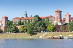 CRACOVIE, POLOGNE - 9 JUIN 2018 Les touristes s'approchent du château royal de Wawel à Cracovie chez le fleuve Vistule le jour en photographie stock libre de droits