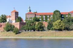 CRACOVIE, POLOGNE - 9 JUIN 2018 Les touristes s'approchent du château royal de Wawel à Cracovie chez le fleuve Vistule le jour en image libre de droits