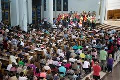 CRACOVIE, POLOGNE - 28 MAI 2016 : Représentation musicale avec les personnes inconnues dans la basilique de la pitié divine photos stock