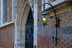 Cracovie, Pologne - 30 mars 2018 : Lampe lumineuse sur le mur Bazylika Mariacka de bâtiment images stock