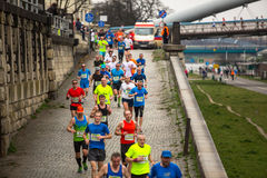 CRACOVIE, POLOGNE - 23 MARS 2014 : Participants non identifiés pendant le marathon annuel d'international de Cracovie Images stock