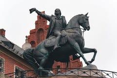 Cracovie, Pologne - 8 octobre 2018 : Tadeusz Kosciuszko Monument dans le château de Wawel la nuit à Cracovie, Pologne images libres de droits