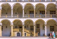 Cracow (Краков) - ambulatory Wawel Замк-arcaded стоковые фотографии rf
