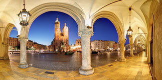 Cracow Krakow marknadsfyrkant på natten, domkyrka, Polen Royaltyfri Bild