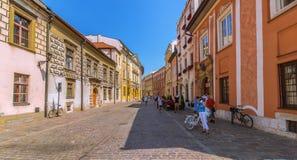 Cracow (Krakow) - Polen mest scenisk gata Arkivfoto