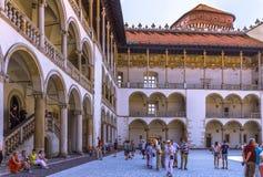 Cracow (Krakow) - Wawel Slott-försedd med arkader resande arkivbild