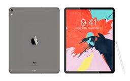 Cracow, Polônia - 31 de novembro de 2018: iPad pro uma versão nova da tabuleta de Apple fotos de stock