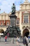 Cracow stirrande Miasto. Skulpturen av Adam Mickewicz fotografering för bildbyråer
