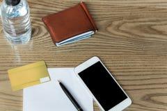 Crad do crédito e telefone celular conceptual com pena e de papel e wal fotos de stock